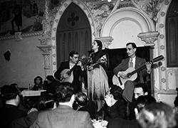 [Fadista e guitarristas no Solar da Alegria, 194-] | PT/AMLSB/CMLSBAH/PCSP/004/FEC/000281